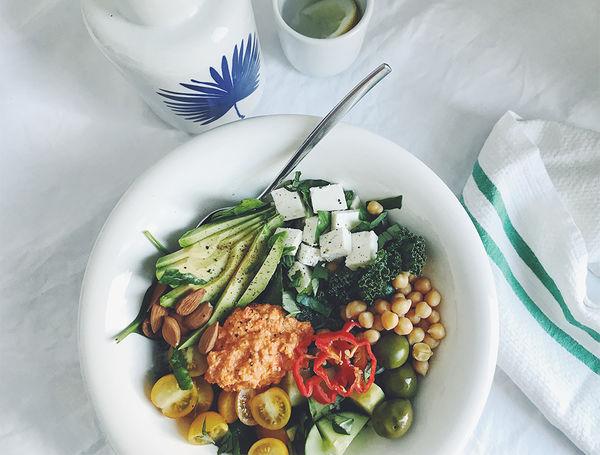 Mediterran mal anders! Bisschen Feta, bisschen Oliven, bisschen würzig-scharfe Peperoni-Harissa-Sauce.