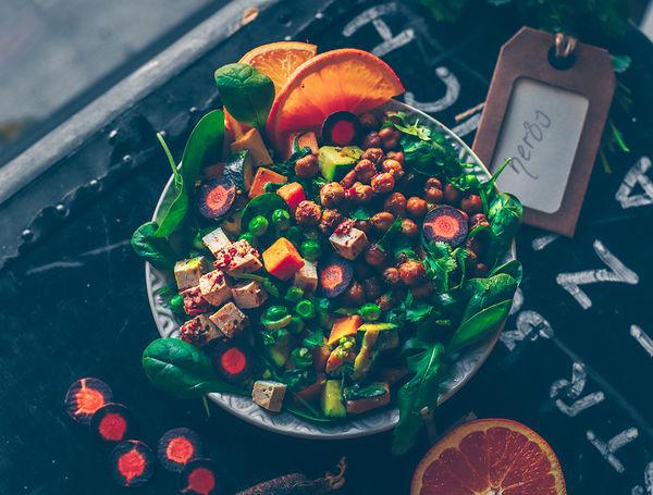 Ein orientalischer Eintopf um den grauen Küchenalltag mal etwas zu würzen! Mit frischem Gemüse, würzigen Komponenten und Couscous.