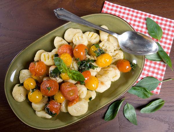 Ricotta-Gnocchi an Basilikum-Cherrytomaten