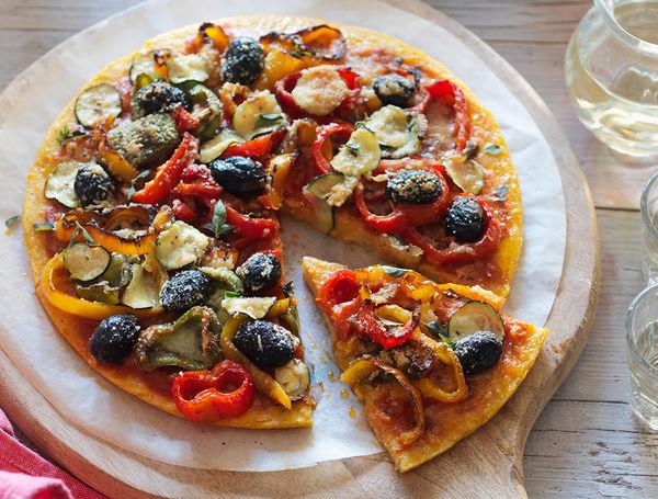 Maispizza mit frischem Gemüse