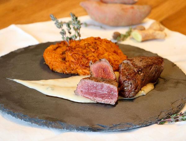 Rinds Filet-Mignon mit Süsskartoffel-Rösti auf Weisswein-Gorgonzola Sauce
