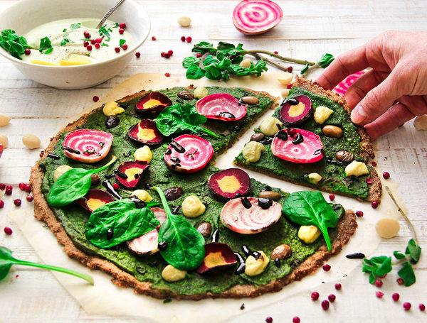 Quinoa Pizza mit Pesto Belag und frischem Gemüse