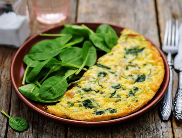 Leckere Frühlings-Frittata mit Schweizer Eiern, Käse und frischen Kräutern.