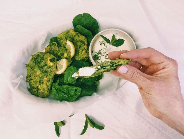 Spinat-Feta Fritters mit veganem Tzatziki