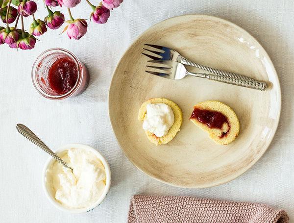 Erdbeer-Vanille Biskuitroulade.