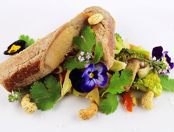 Kalbsinvoltini gefüllt mit Thunfisch auf Broccoli-Wokgemüse.