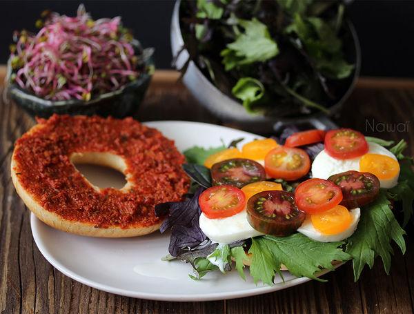 Tomaten-Mozzarella-Bagel
